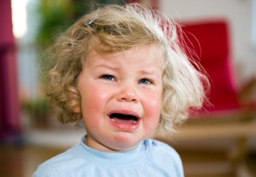 Ребенок плачет без причины, что делать?