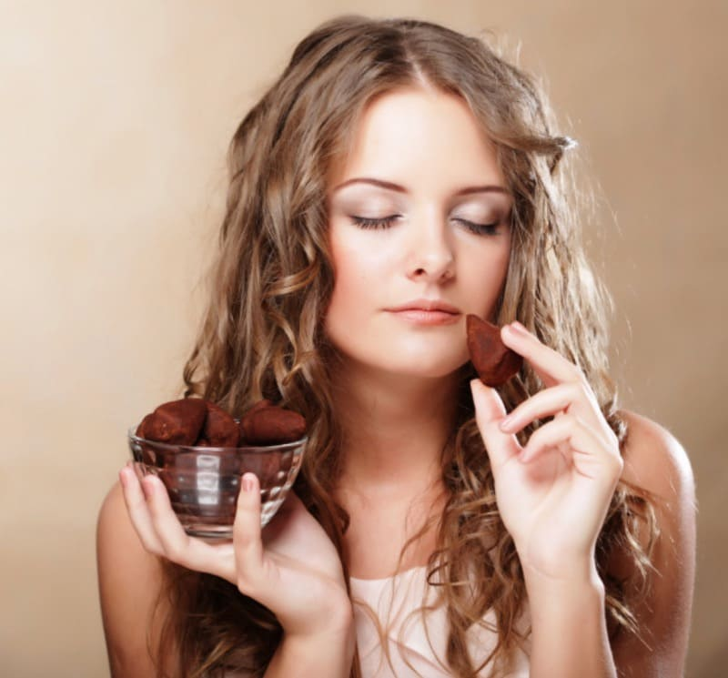 Женщина конфеты