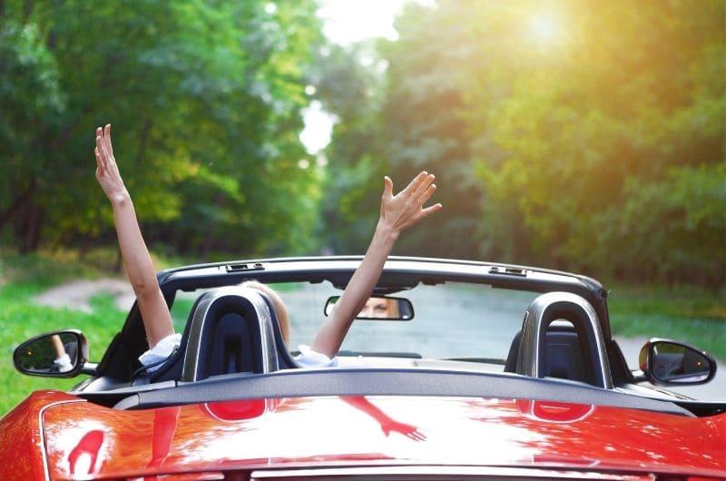 Женщина за рулем спортивной машины